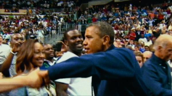 Cornell Belcher – Sondeur d'opinion pour Barack Obama « Je suis allé à des réunions au Capitole et j'ai fait des fist bump à des membres du Congrès. C'est en train de remplacer la poignée de main traditionnelle. »