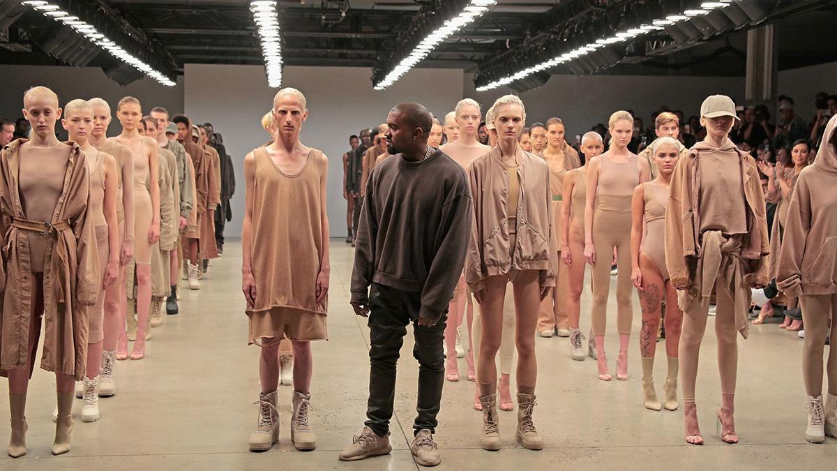 Kanye West portant un t shirt Yeezus Tour, un jogging Haider